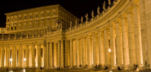 Kolumny Watykanu. Zdjęcie DevastationStudios ze strony http://www.deviantart.com/
